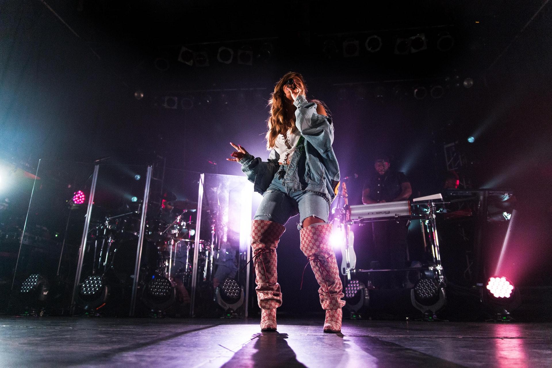 En artist sjunger på scenen