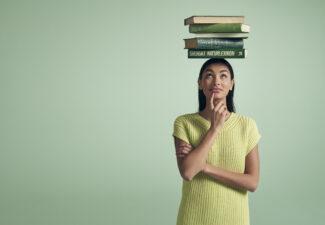 person med böcker på huvudet