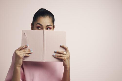 person kikar fram bakom bok
